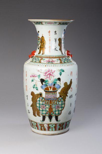 Chine, fin de la période Qing  Vase balustre...