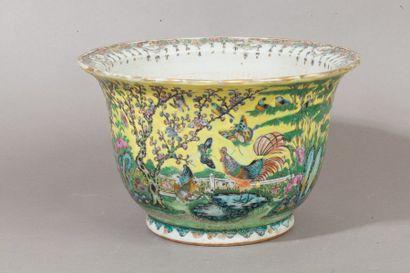 Chine, vers 1920  Jardinière en porcelaine...