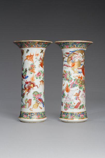Chine, XIXe siècle  Paire de vases cornets...
