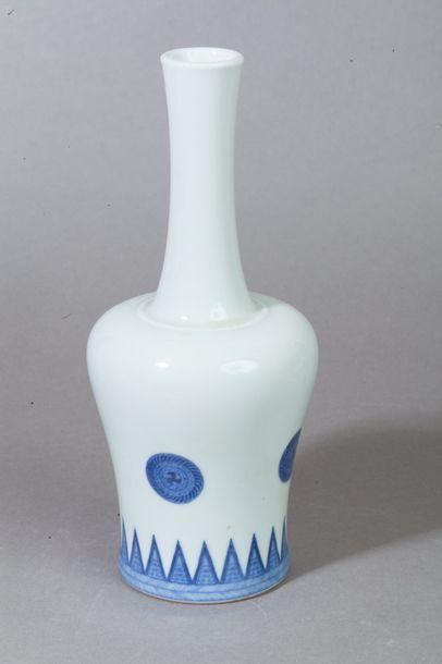 Chine,  Petit vase bouteille en porcelaine...