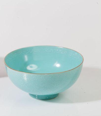 Coupe en porcelaine turqoise à décor moulé...