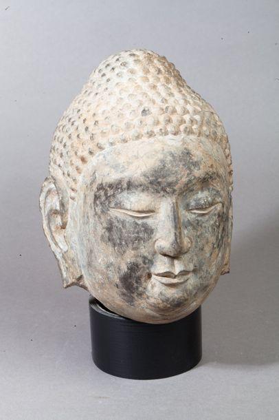 Chine,  Tête de bouddha en pierre sculptée,...