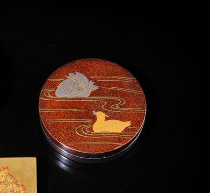 Boîte ronde en laque à fond nashi-ji, ornée...