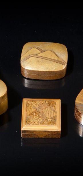 Deux petits kobako en laque or, l'un carré...