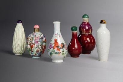 Chine, XIXe siècle  Lot comprenant cinq flacons...