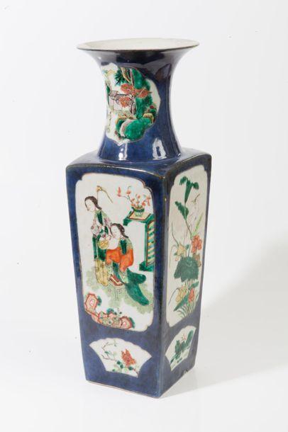 Chine, XIXe siècle  Vase balustre quadrangulaire...