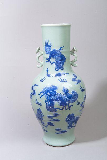 Chine, XIXe siècle  Vase balustre orné de...