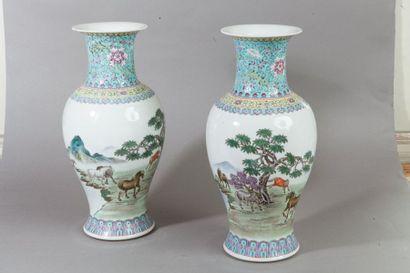 Chine, XXe siècle  Paire de vases balustres...