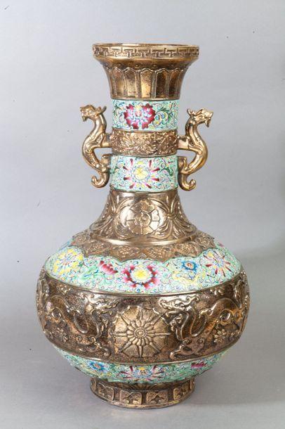 Chine, XXe siècle  Vase pansu à long col...