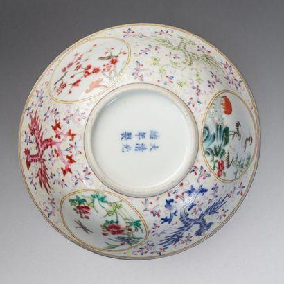 Chine, fin de la période Qing  Bol en porcelaine et émaux plychrome à décor d'oiseaux...