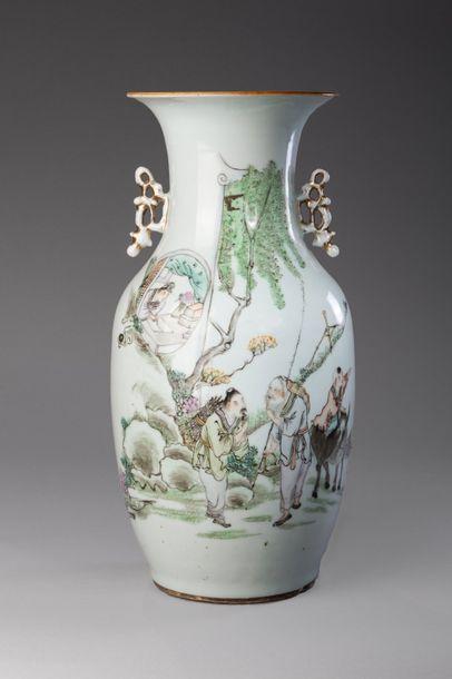 Chine, période République  Vase en porcelaine...