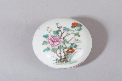 Chine, vers 1930  Boi?te a? cire en porcelaine...