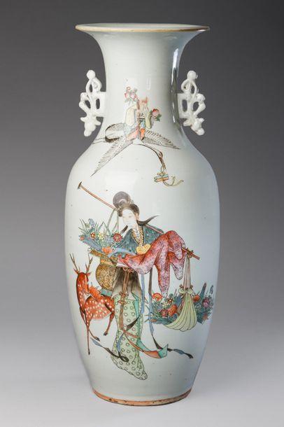 Chine, vers 1930  Grande vase de forme balustre...