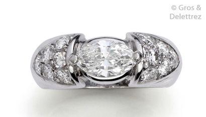 Bague «?Jonc?» en or gris, ornée d'un diamant...