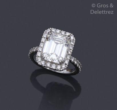 Importante bague en or gris, ornée d'un diamant...
