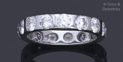 Alliance en or gris14K, ornée de quinze diamants...