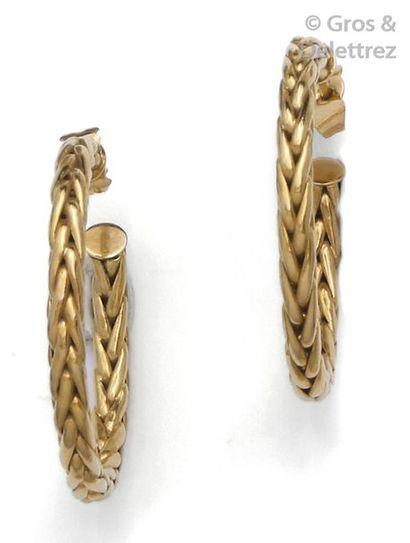 Paire d'anneaux d'oreilles en or jaune torsadé....