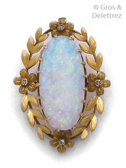 Pendentif en or jaune, orné d'une opale ovale...