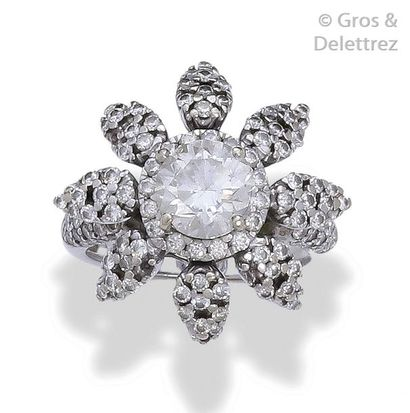 Bague «?Fleur?» en or gris, ornée d'un diamant...