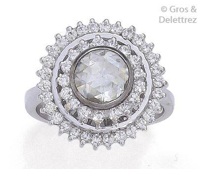 Bague en or gris, ornée d'un important diamant...