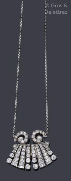 Clip de revers en platine transformé en collier,...