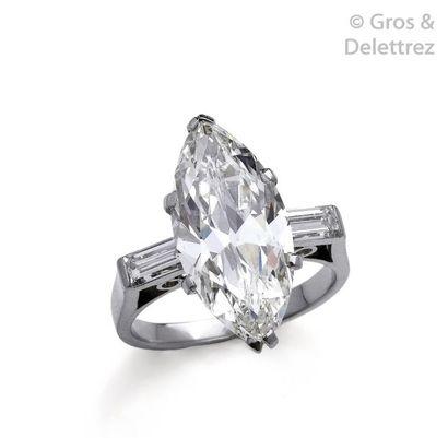 Bague en platine, ornée d'un diamant de forme...