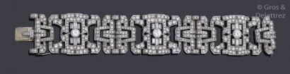 Bracelet articulé en or gris, à décor géométrique...