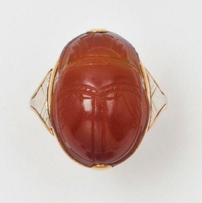 Bague en or jaune, ornée d'un scarabée gravé...