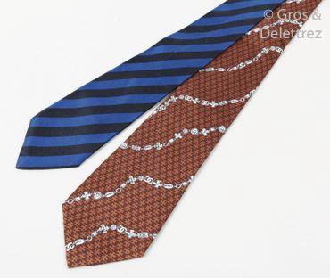 CHANEL Lot de deux cravates en soie imprimée, l'une siglée marron, agrémentée de...