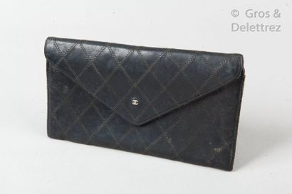 CHANEL Circa 1980 Wallet in black lambskin leather with quilted stitching, snap closure...