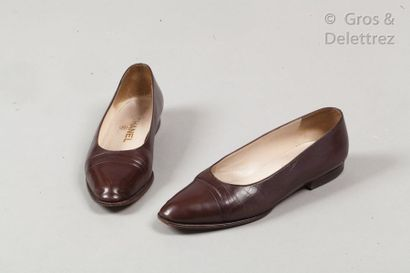 CHANEL Pair of cocoa lamb leather ballerinas, leather soles. T.38. (Wear and tear,...