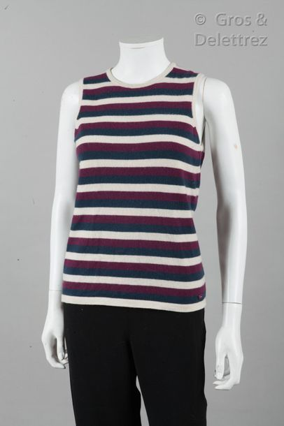 CHANEL par Karl LAGERFELD Circa 2006 Lot composed of two tops, one sleeveless in...