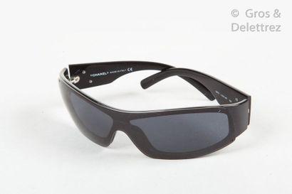 CHANEL Pair of sunglasses, black resin temples. Original case.