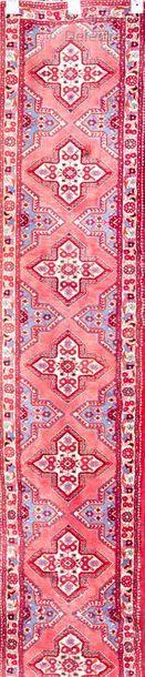 Tapis galerie à décor persan de fleurettes...