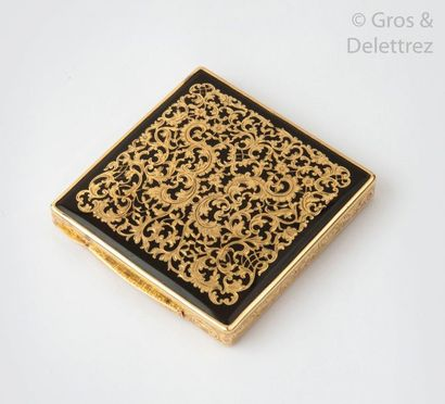 BUCCELLATI Boite à cigarettes en or jaune émaillé noir, à décor de rinceaux. Signée...