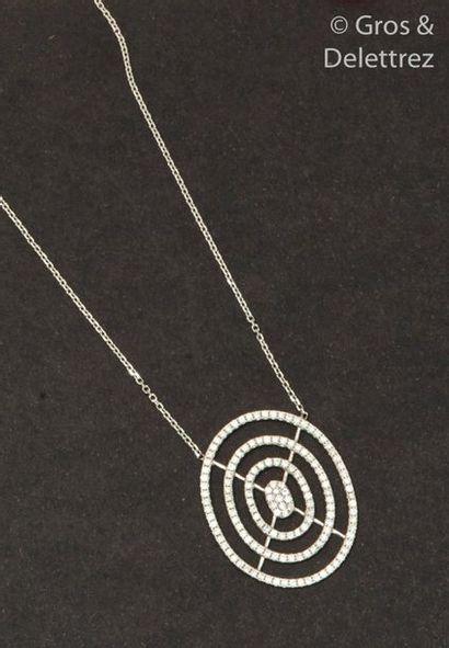 Collier pendentif en or gris, orné d'un motif...
