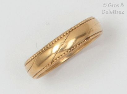 Yellow gold wedding band, composed of two interlocking rings. Tour of doigt: 52....
