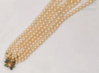 Collier composé de trois rangs de perles...