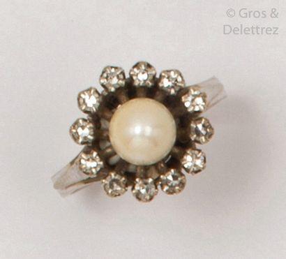 Bague en or gris, ornée d'une perle de culture...