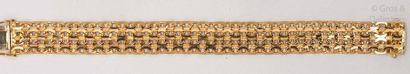 Bracelet souple en or jaune mat et poli ajouré....