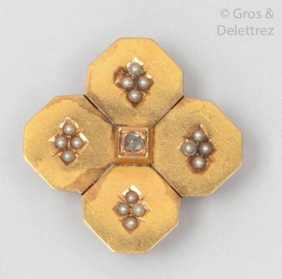 Broche en or jaune à motif géométrique, sertie...