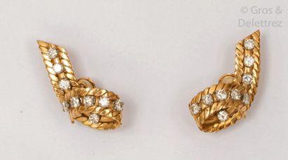 Paire de boucles d'oreille «?Ruban?» en or...