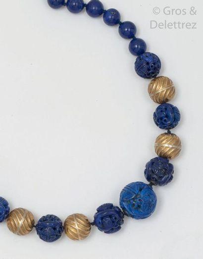 Collier de perles de lapis lazuli en chute,...