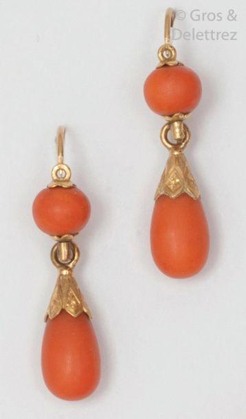 Paire de «?Dormeuses?» en or jaune ciselé, serties chacune d'une perle et d'une...