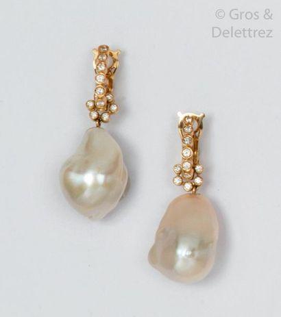 Paire de pendants d'oreilles en or jaune,...