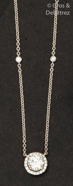 Collier en or gris, orné d'un diamant taillé...