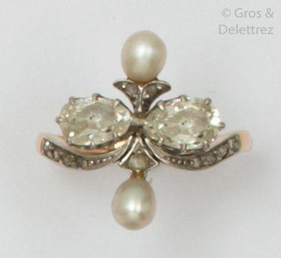 Bague en or jaune, ornée de deux diamants taillés en poire épaulés de deux perles...