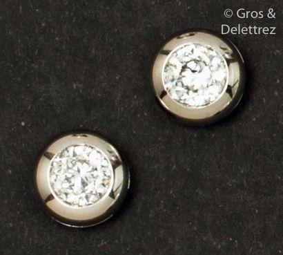 Paire de boutons d'oreilles en or gris, ornés...