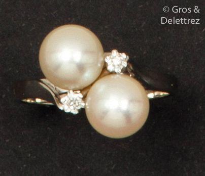 Bague en or gris, ornée de deux perles de...