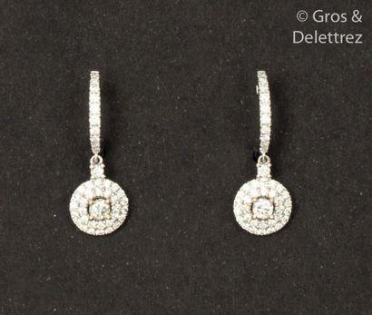 Paire de pendants d'oreilles en or gris,...
